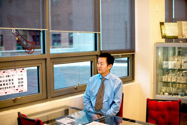 Bryan Thomas for The New York Times 流亡海外的前人权律师刘路(音)曾写过大约30本这样的书,其中一本揭露了一起谋杀事件。正是桂民海给他分配了撰写这些书的任务。