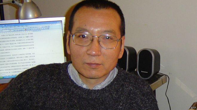 """61岁的刘晓波是中国异议人士,2009年因为起草倡导民主改革的《零八宪章》被当局以""""煽动颠覆国家政权罪""""判处11年监禁。"""