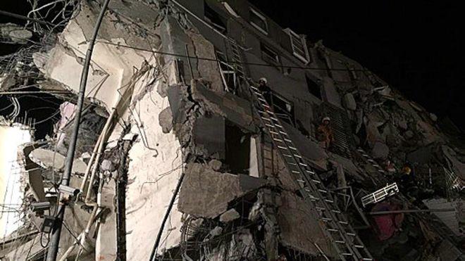 台南市永康区永大路二段楼高16层的维冠大楼倒塌,内有逾150户住户,消防人员在现场全力抢救,已有人被救出送医。