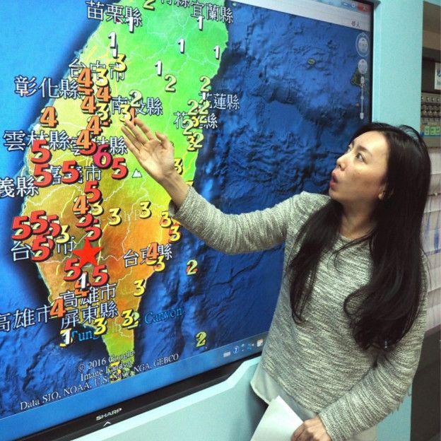 160205221017_taiwan_quake_map_woman_624x624_epa_nocredit