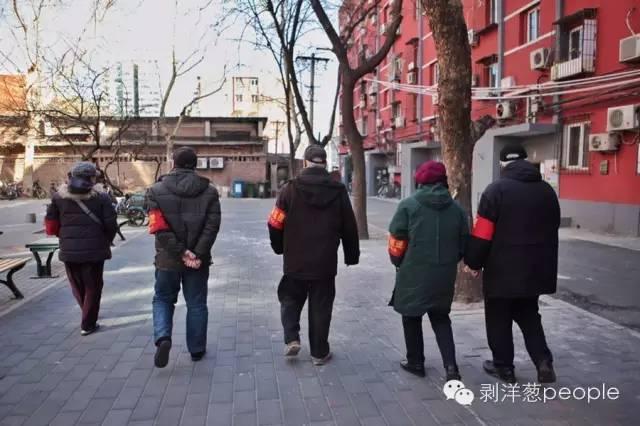 全国两会临近,一级防控启动。潘家园社区的治安志愿者在他们的点位上巡逻。摄影:新京报记者王嘉宁