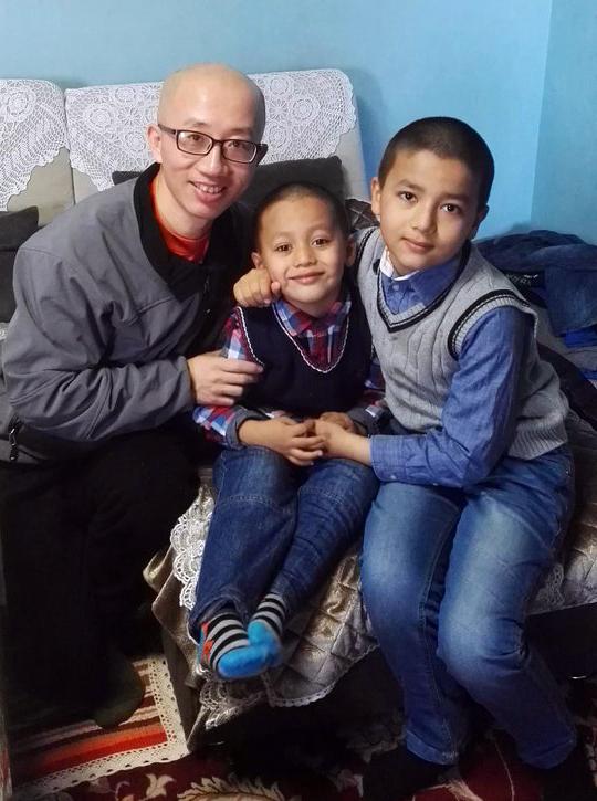 胡佳到伊力哈木家探访两个孩子。(胡佳提供/记者乔龙)