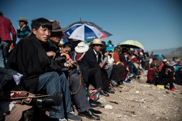 去年,藏族企业家扎西文色在青海玉树藏区的一个赛马节上。据称他已经被警方非法羁押了一个多月。