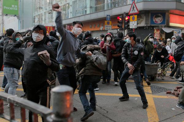 香港上个月发生的一次抗议活动,反对政府扫荡被认为代表本土文化的无照小吃摊。香港官方后来表示,那些食品卫生人员只是在巡逻,并没有进行执法。