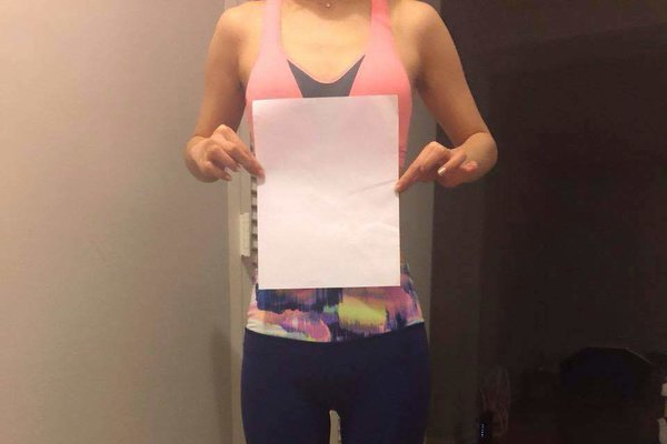 一位不愿具名的24岁中国学生举着一张纸,以显示自己的纤腰。