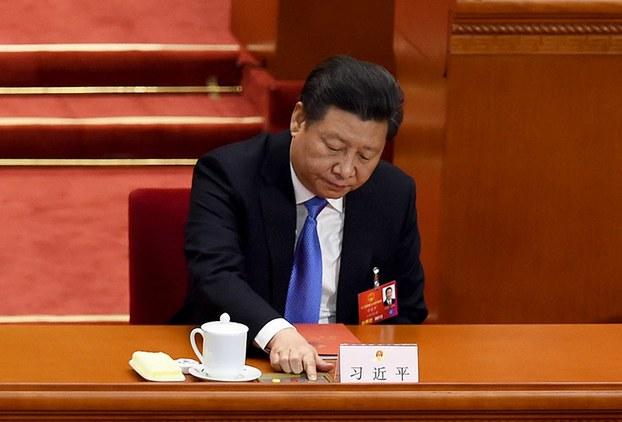 """两会期间和新华社记者在新闻发稿中,误将习近平写成""""中国最后领导人"""",新加坡传媒指涉事的编辑李凯面临停职。图为习近平出席人大闭幕会议。(法新社图片,2016年3月16日)"""