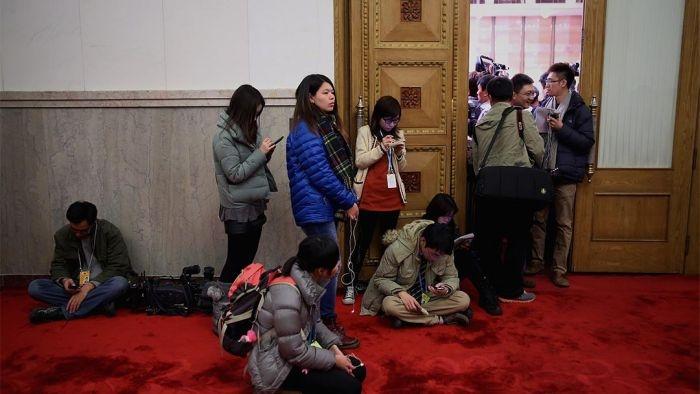 两会期间一个新闻发布室外爆满,记者在室外等候。摄:Feng Li/Getty