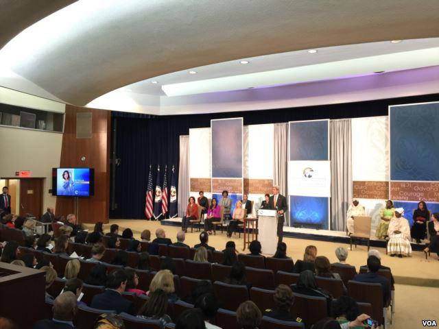 国务卿克里在颁奖仪式上介绍维权律师倪玉兰(美国之音叶林拍摄)