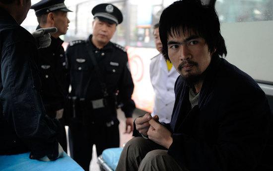 """2011年9月12日下午,记者在骡马市地下步行街找到了伤人的""""武疯子""""。民警叫来120,将该男子送往医院,对其进行精神疾病鉴定。"""