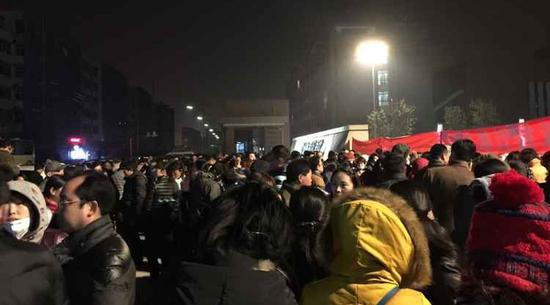 1月15日,上千名家长聚集在常外门口。