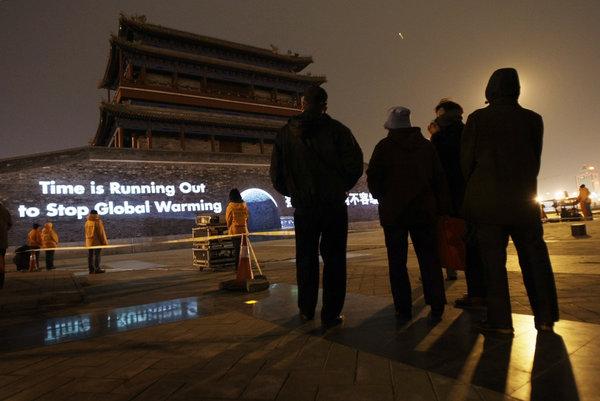 2009年,绿色和平组织在北京永定门投影的一条标语。一项已提交审议的法律将把境外组织置于警方监管之下。