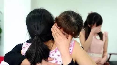 Jenna 在和一位前来寻亲的母亲拥抱,后面是这位母亲的女儿。