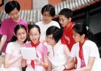 2013 年 5 月 31 日,给胡锦涛写信的《中华小记者》杂志的小记者在阅读回信