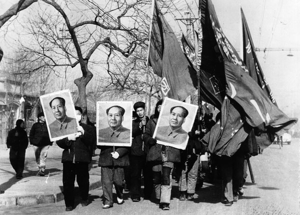 1967年,红卫兵举着毛泽东的肖像在北京的街道上游行。