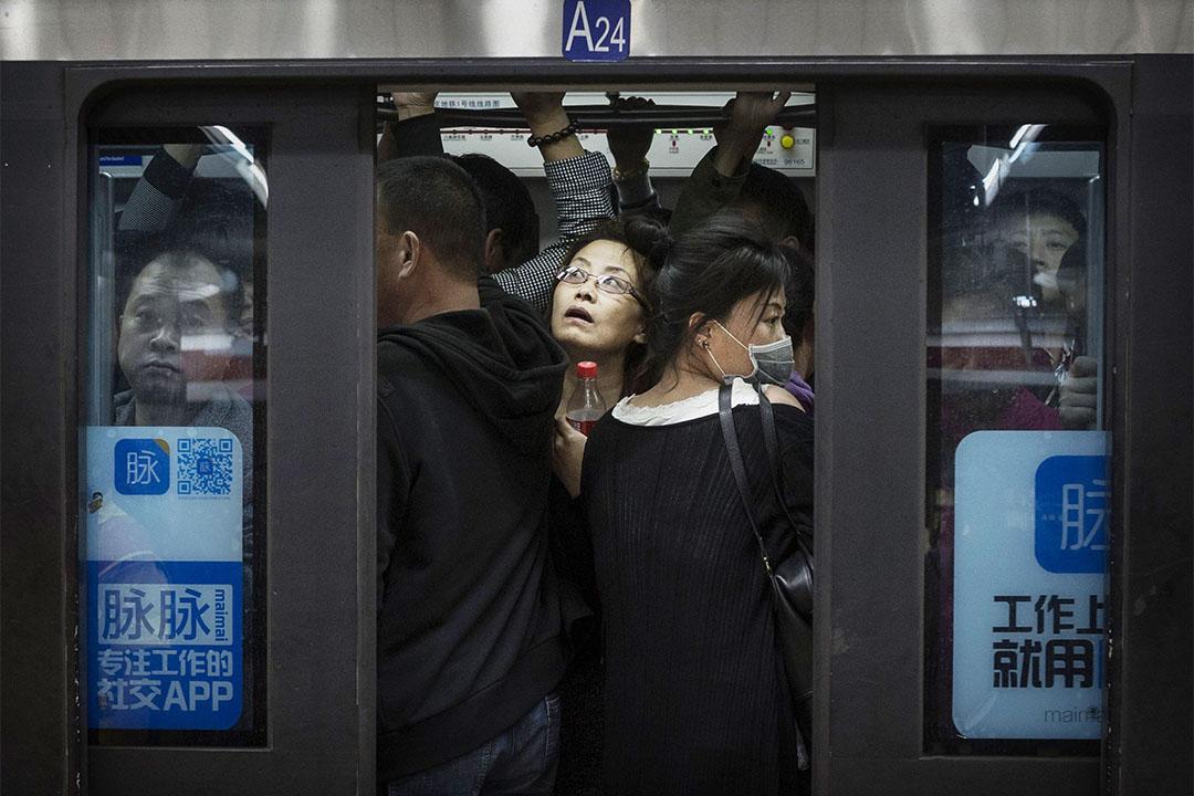 薛静:走红的热剧《欢乐颂》,反映出中国中产在板结社会中努力创造空间的生存境况。 图为北京上班族拥挤在地铁车厢中。摄:Kevin Frayer/GETTY