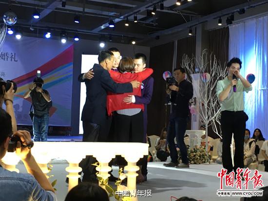 5月17日,长沙同性恋人孙文麟、胡明亮举行婚礼。孙文麟的母亲和胡明亮的父亲出席。中国青年报·中青在线记者 陈轶男/摄