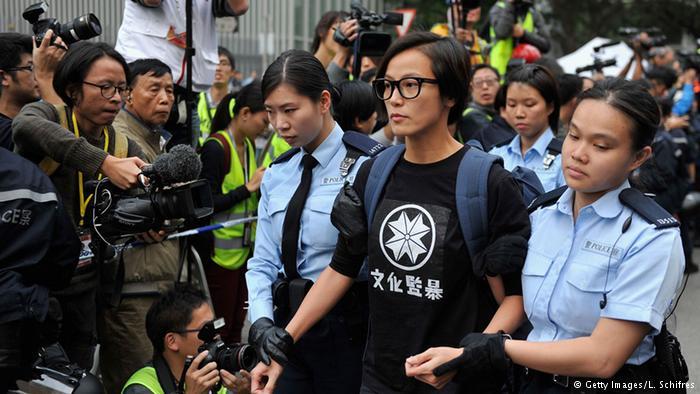 香港占中后期何韵诗被警方带走(2014年12月)