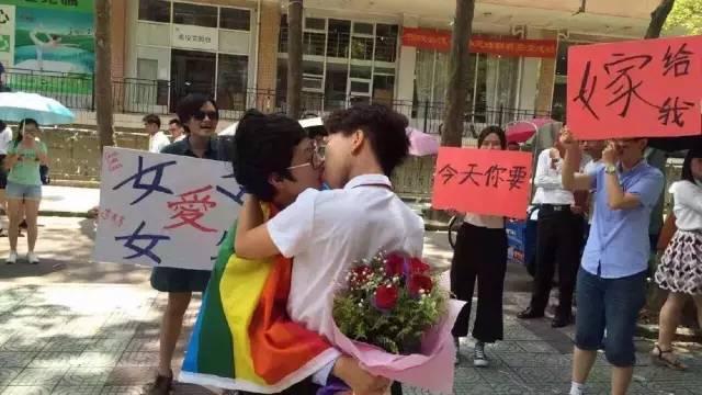异性恋毕业求婚得校长祝福,同性恋毕业求婚不给毕业?