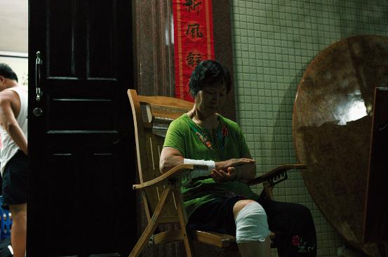 林祖恋太太杨珍阻止林祖恋被武警带走时受伤。端传媒摄影部