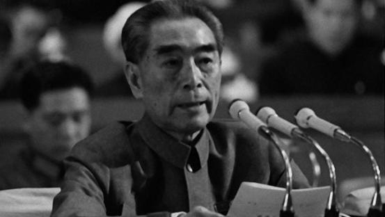 1975年1月,时任中国总理的周恩来在四届人大上作政府工作报告。