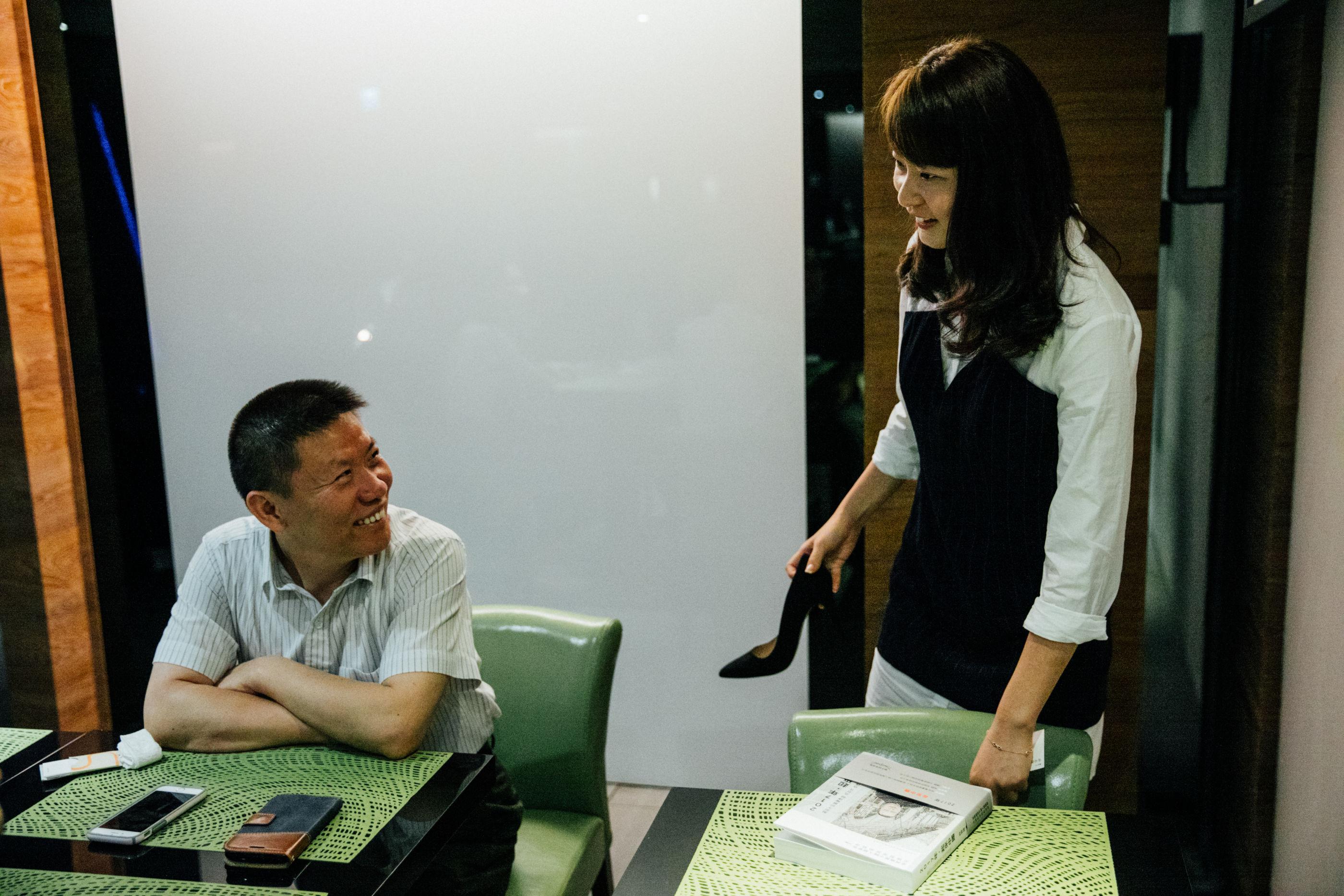 中國維權律師高智晟女兒耿格(右)訪問,對華授助協會主席Bob Fu。(攝影/余志偉)