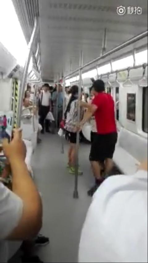 美国之音|南中国海仲裁案后 一市民因穿耐克鞋地铁被辱骂