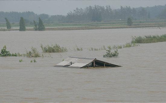 2010年7月28日凌晨,汉江支流东经河旁的两处民院进行了扒堤分洪,共转移群众约6千人。范围3万多亩地变成为泄洪区,经济损失在约2亿元。/视觉中国