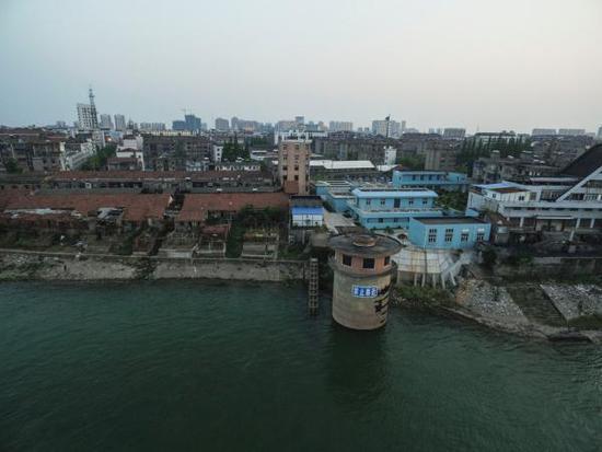 2016年5月1日,湖北荆州公安县,老县城围堤以外就是分洪区。/澎湃新闻记者 李坤