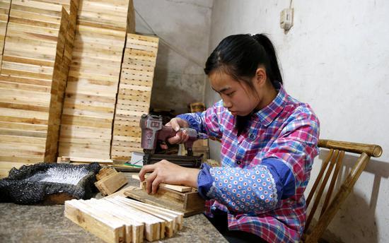 2015年4月21日,福州,18岁的黄明珠辍学养家,照顾生病的养父。/视觉中国