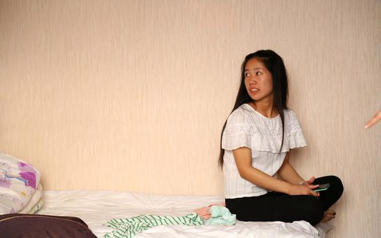 2016年06月06日,安徽蚌埠,一名来自农村中学的高考考生在宾馆里备战高考。/视觉中国