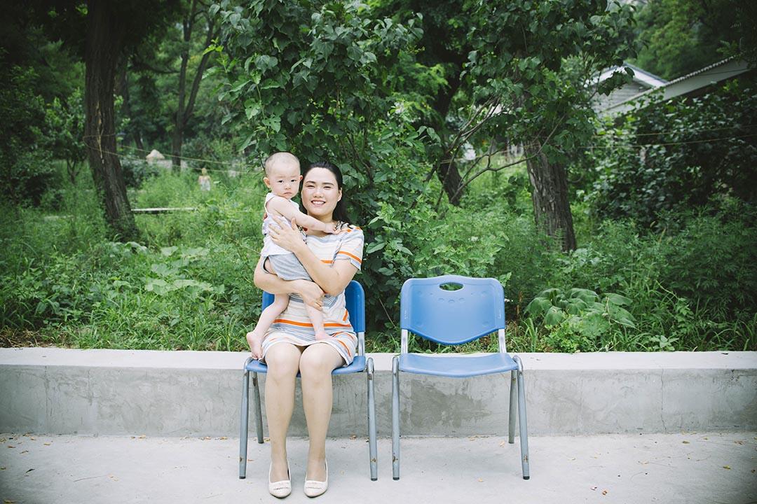 勾洪国太太樊丽丽及其儿子。摄:LeicaMen