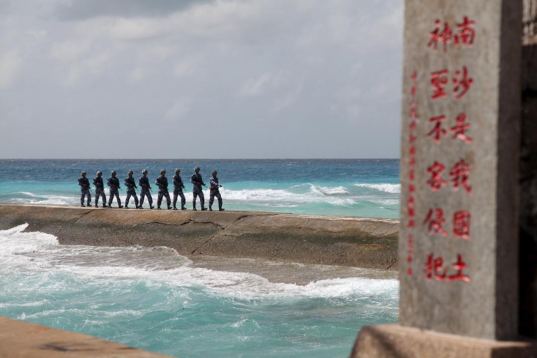 中国人民解放军在南沙群岛上巡逻。摄 : REUTERS