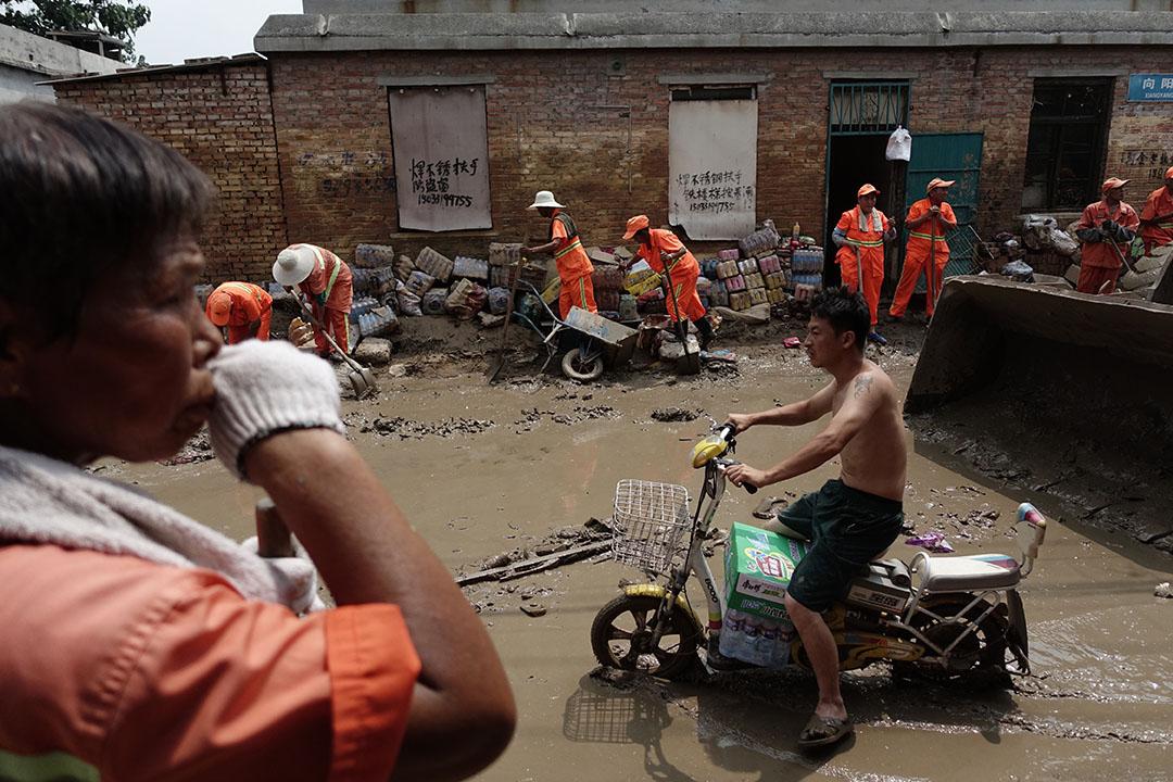 河北邢台大贤村洪灾过后,居民和清洁人员打扫街道。摄:Karma Lo/端传媒
