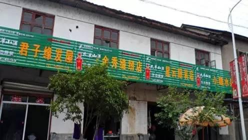 """安徽省丁香镇为了""""打造干净整洁而具有新意的街道环境""""在 2015 年 9 月完成了全镇商铺招牌的强制更换,每块招牌的三分之一都是冠名广告,而广告收入肯定与店主无关"""