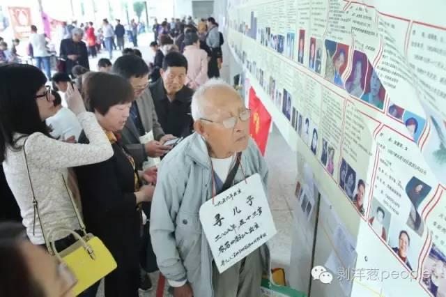 今年5月3日,江苏南京寻亲会,一位90多岁的宜兴老人在寻找1959年左右送走的儿子。丁焕新 摄