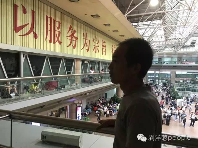 赵大龙在北京西客站候车,他将搭车去往兰州。新京报记者唐爱琳 摄