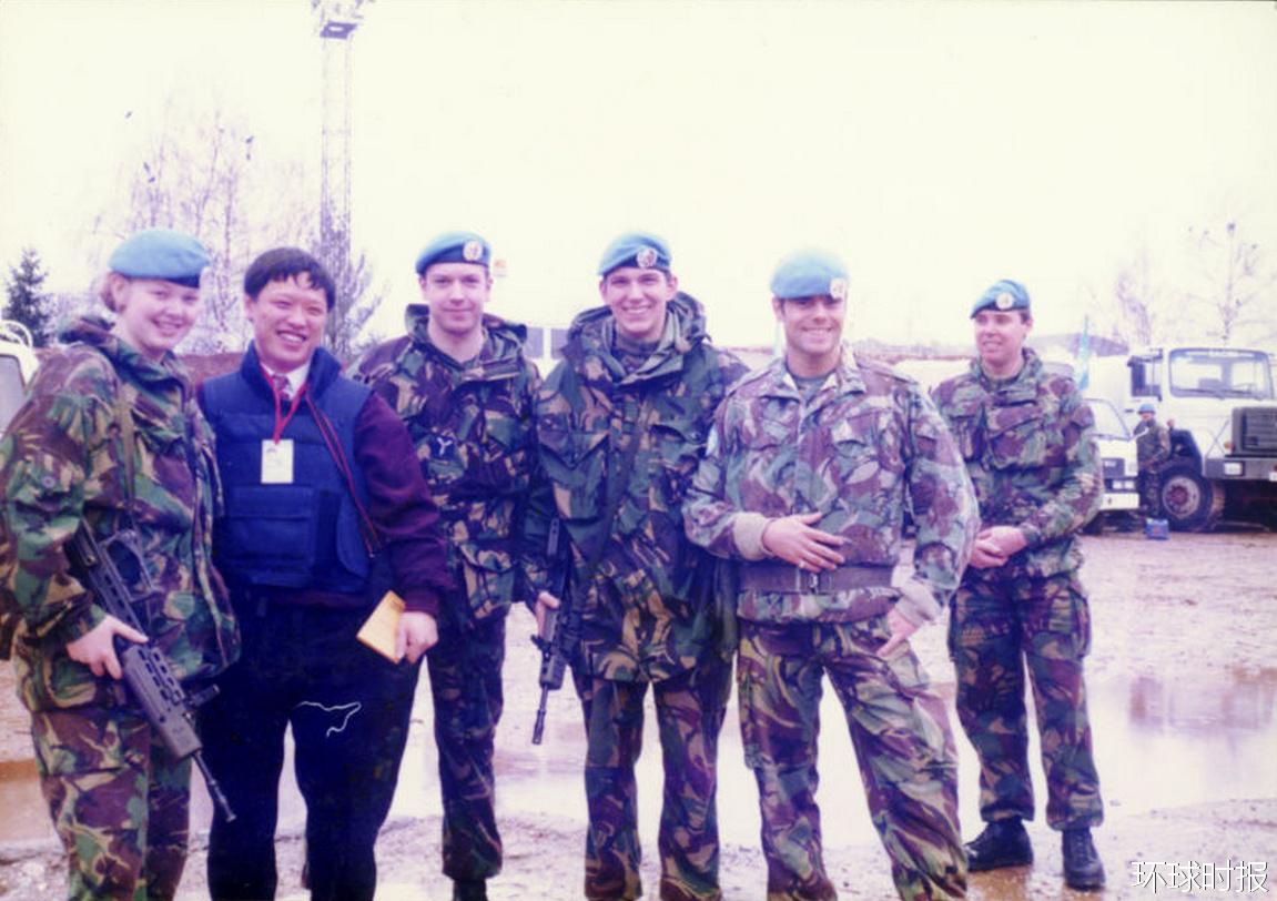 1994年3月,胡锡进在萨拉热窝机场与法国维和部队合影。