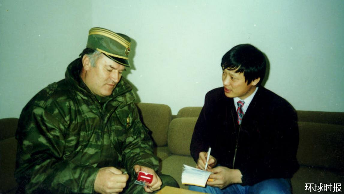 1994年2月,胡锡进采访塞族军队总司令姆拉迪奇。