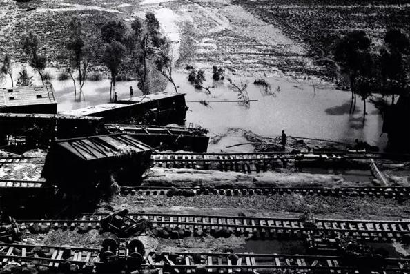 被洪水摧毁的京广铁路遂平段