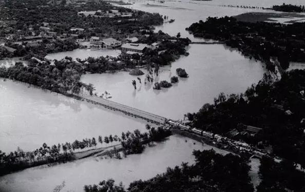 被淹没的公路和村庄