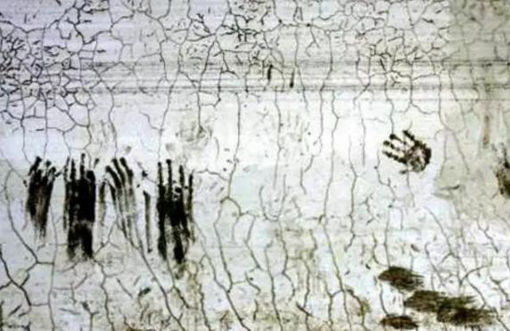 这是孩子们在墙上留下的最后痕迹。