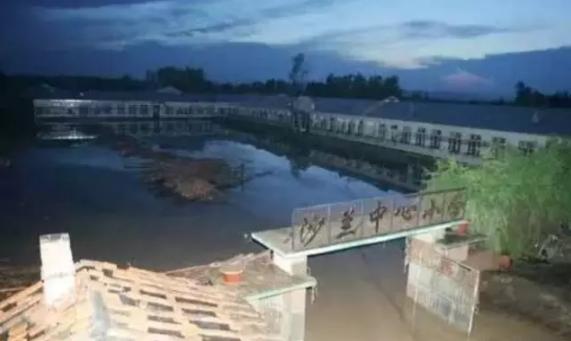 11年前的照片,当年水灾发生后的几天,半夜校舍就被推平了。去年去的时候,只是片空地,巧的是当时也在下雨,即便事后垫高了一两米,仍是积水严重。