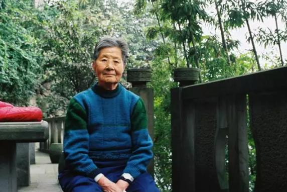 △陈智碧的家被强拆后,她每天都要来山城步道走一圈