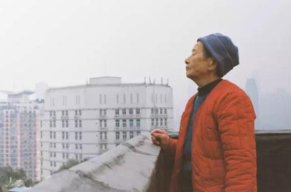 △陈智碧住在十层的筒子楼里,楼顶就是天台,她常常在这里观望
