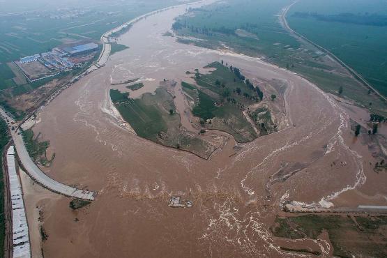 【CDTV】邢台市警方为阻止因灾死亡的村民家属上访,双方发生冲突