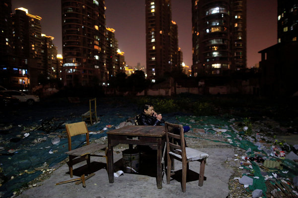 在上海,像光复里这样的社区已经在中国的繁荣发展中被拆迁。如今房地产市场陷入困境,给许多几乎不受监管的金融产品的投资者带来威胁,他们中很多对自己投钱的产品几乎一无所知。