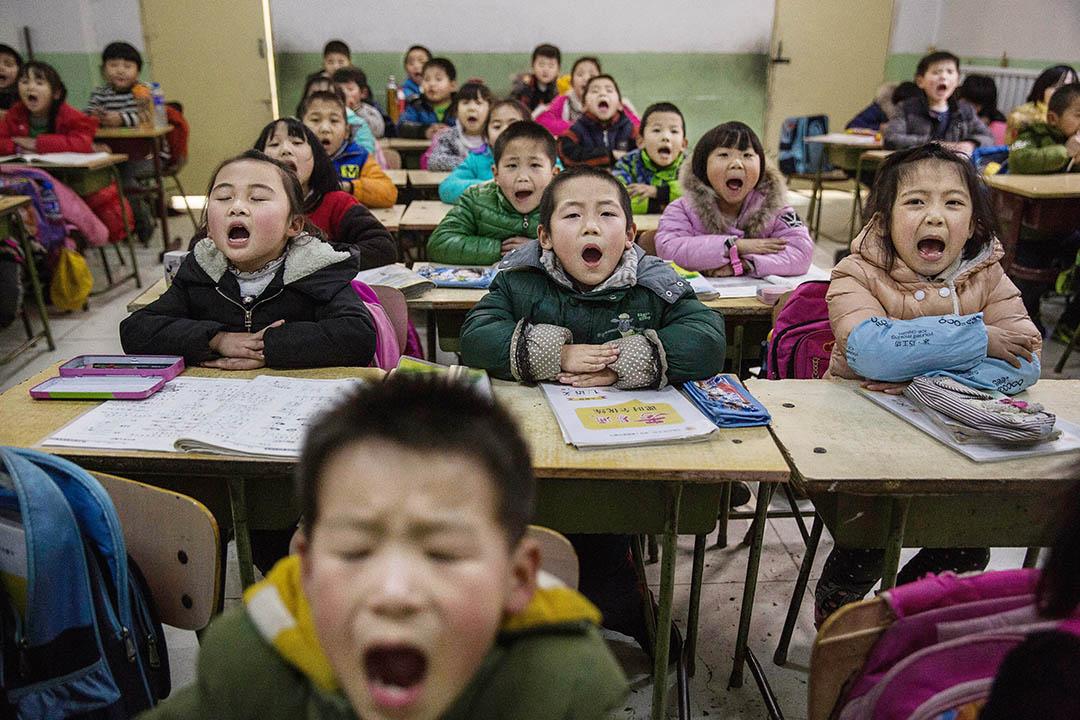 一班非京籍孩子在北京的非官方学校上课。摄:Kevin Frayer/Getty Images