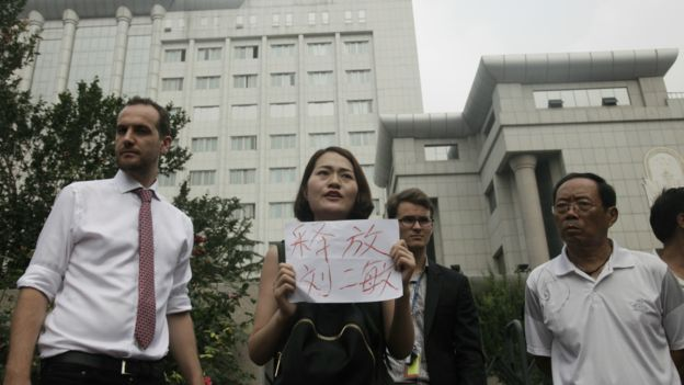 锋锐律所一些被捕律师家属稍早前到天津二中院外请愿。