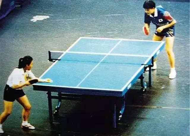 """图:何智丽(右上)在与邓亚萍的决赛中口称""""哟西""""激怒了非常多的中国人"""