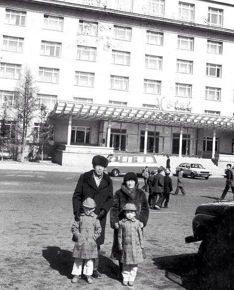 1984年3月乌兰巴托大饭店,徐洪慈回国前夕全家福